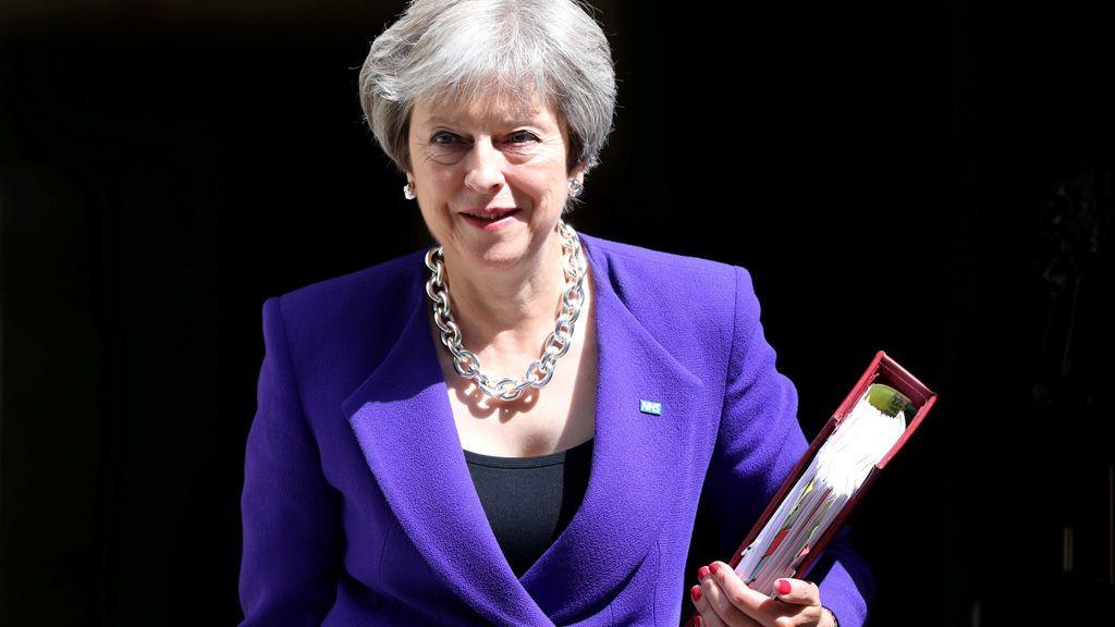 May logra un acuerdo con el Gobierno en torno a la posición negociadora para 'suavizar' brexit