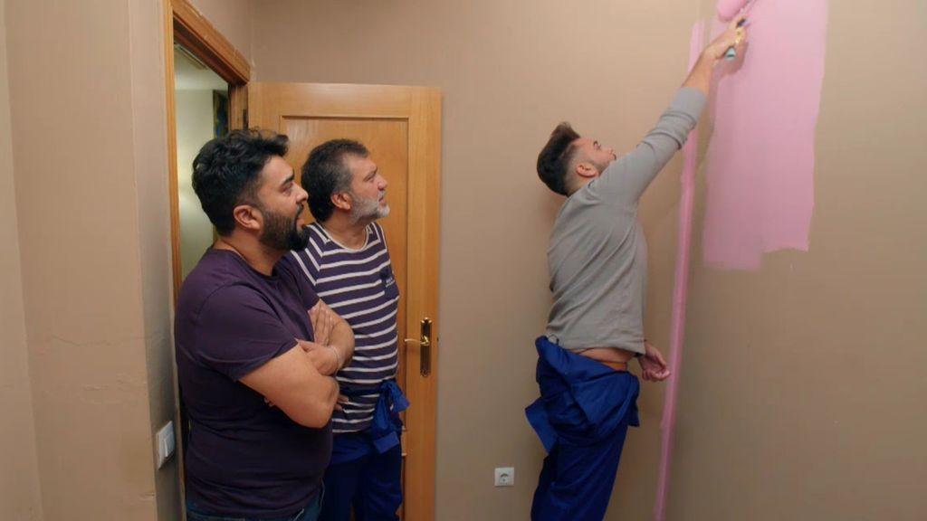 ¡A pintar! Dani y José se ponen las pilas para pintar la habitación del bebé... ¿en rosa?