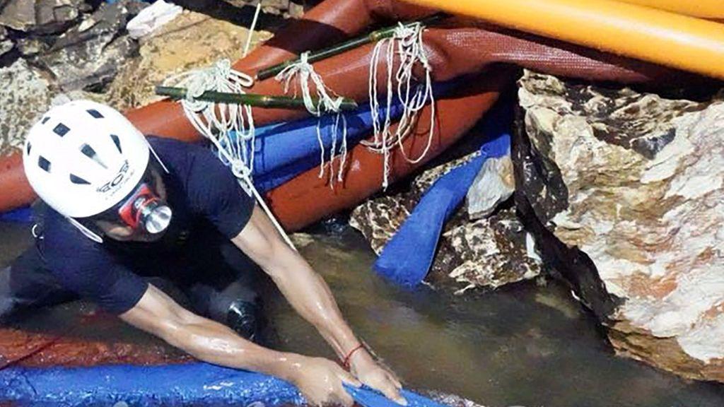 Muere un buzo tras dejar suministros a los niños atrapados en la cueva de Tailandia
