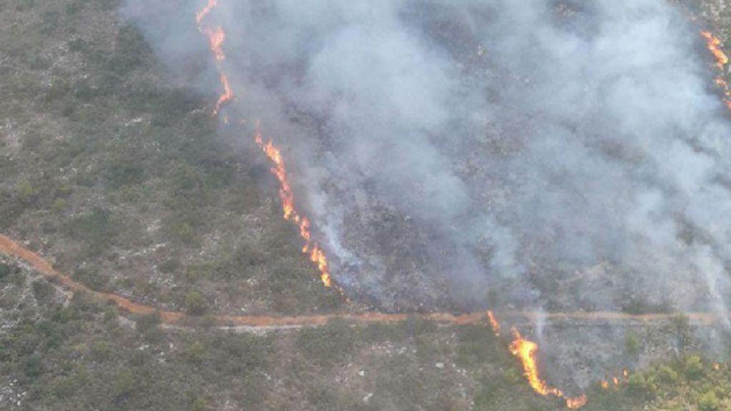 Medios aéreos trabajan para extinguir incendio en el parque natural del Montgó en Alicante