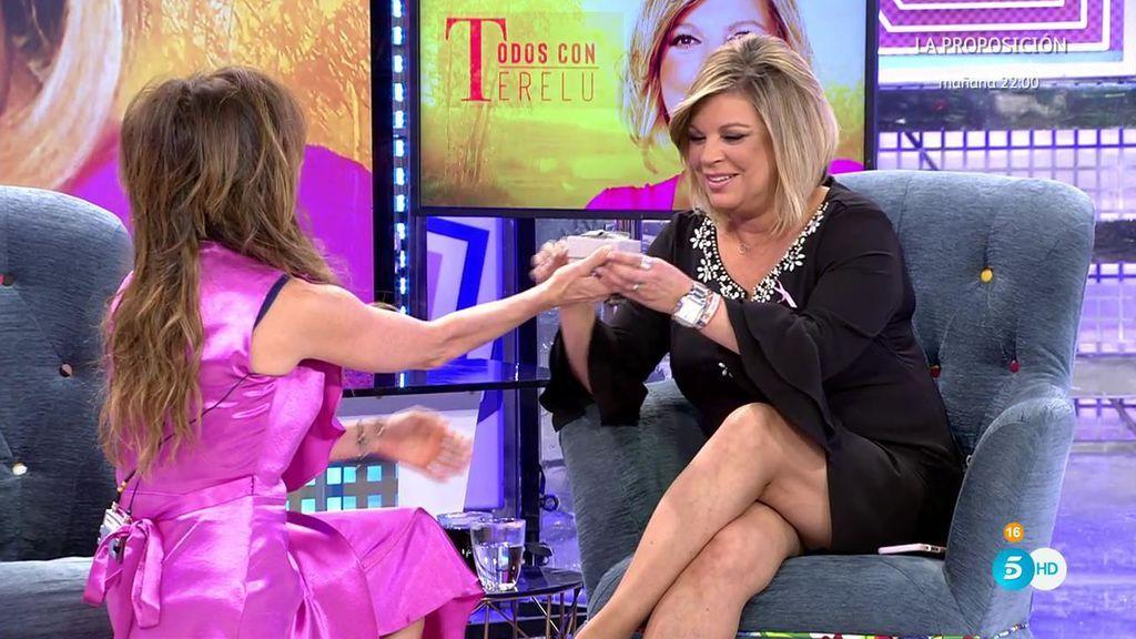 """María Patiño se arrodilla para dar un regalo a Terelu: """"Así estaremos a tu lado"""""""