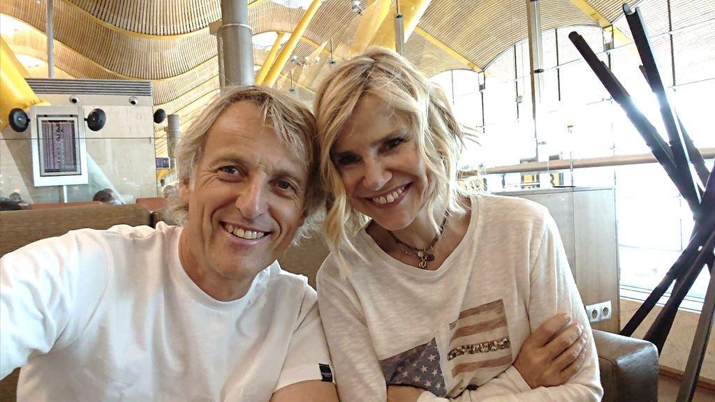 Jesús Calleja y Eugenia Martínez de Irujo, en el aeropuerto antes de emprender su viaje a las islas Feroe.