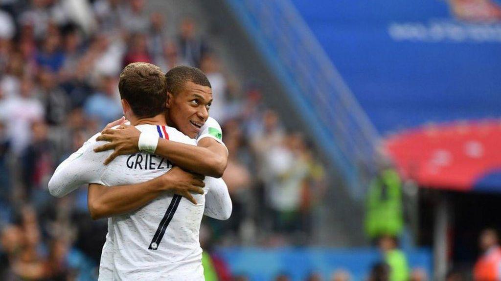 Antoine Griezmann abraza a Kylian Mbappé, tras anotar el segundo gol a la selección de Uruguay el 6 de julio de 2018 en el Mundial de Rusia.