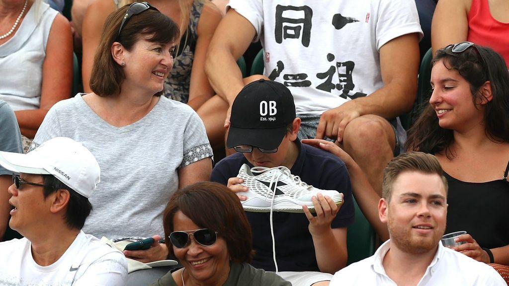La épica reacción de un niño tras oler la zapatilla que le había regalado el tenista Robin Haase
