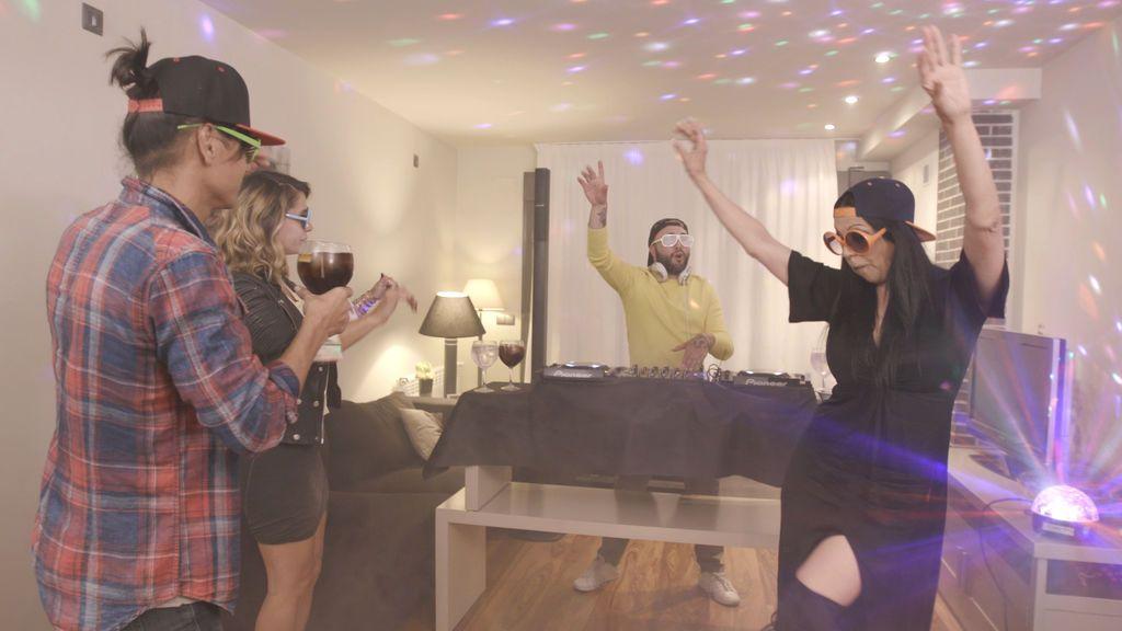 Kiko Rivera ejerce de DJ en el último programa de la tercera edición de 'Ven a cenar conmigo: gourmet edition'.