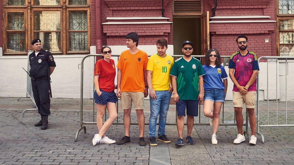 Formar la bandera arco iris por las calles de Rusia: la iniciativa que defiende los derechos LGTBI en el país del Mundial