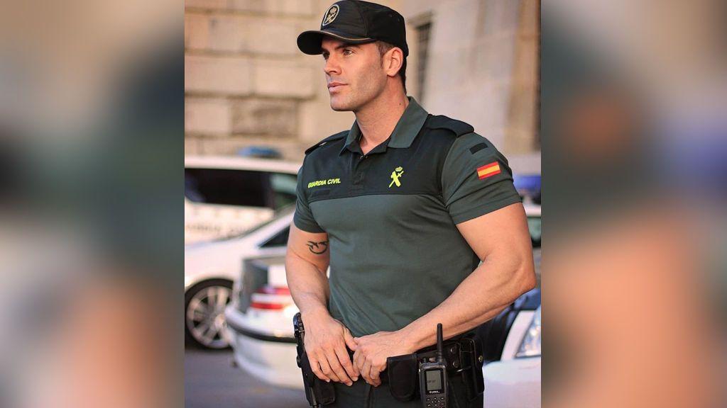 La Guardia Civil muestra a uno de sus trabajadores y crea polémica en Twitter