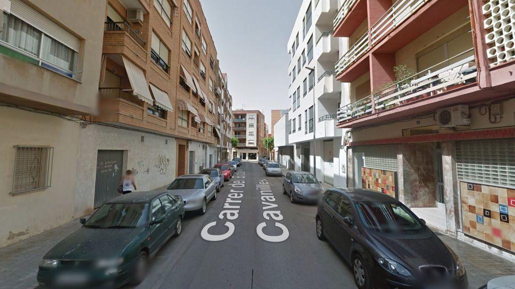 Rescatan a una menor de un balcón de Benicarló mientras la madre estaba ebria en la callle