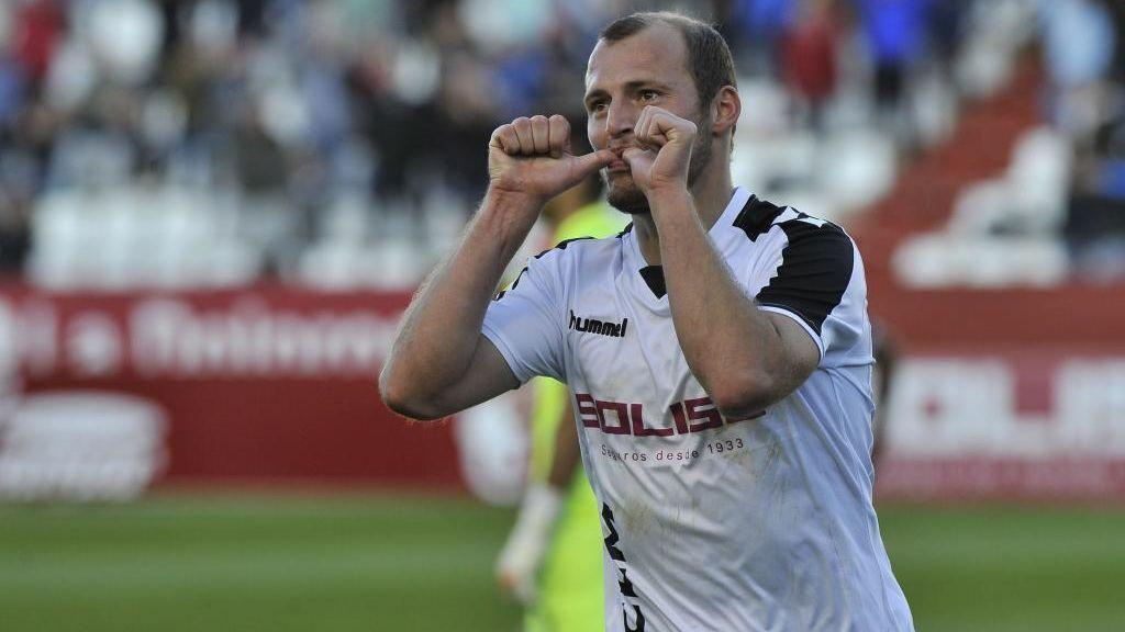 El Albacete anima a unos de sus aficionados a llevar a cabo una 'extraña' promesa tras la renovación de Zozulia