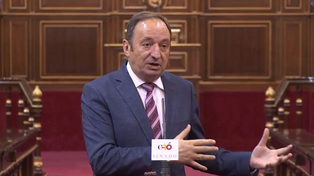 El vicepresidente primero de la Mesa de la Cámara Alta, Pedro Sanz, anuncia en rueda de prensa la aprobación del concurso público para renovar el Consejo de Administración de RTVE, el 10 de julio de 2018.