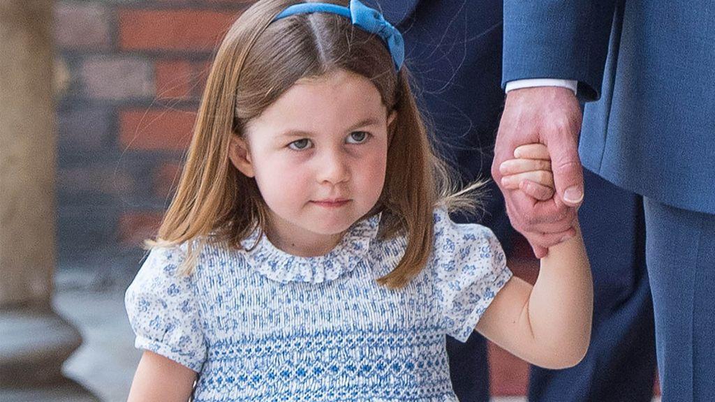 """La pequeña Charlotte, dura con la prensa en el bautizo de su hermano: """"No vais a entrar"""""""
