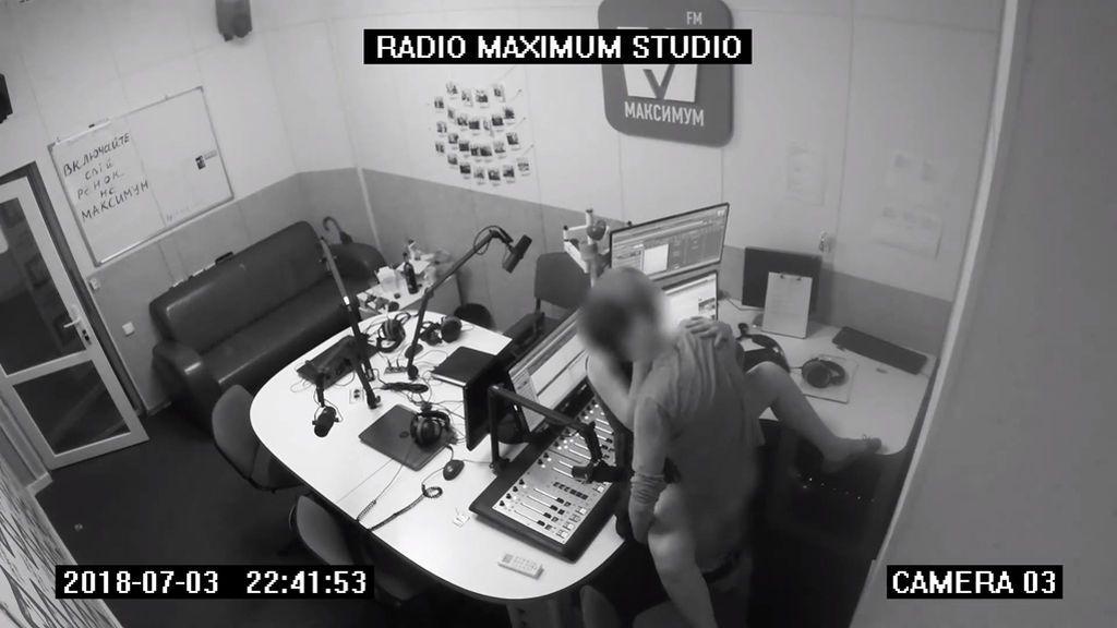 Dos jóvenes incapaces de contener su pasión mantienen sexo en pleno estudio de radio