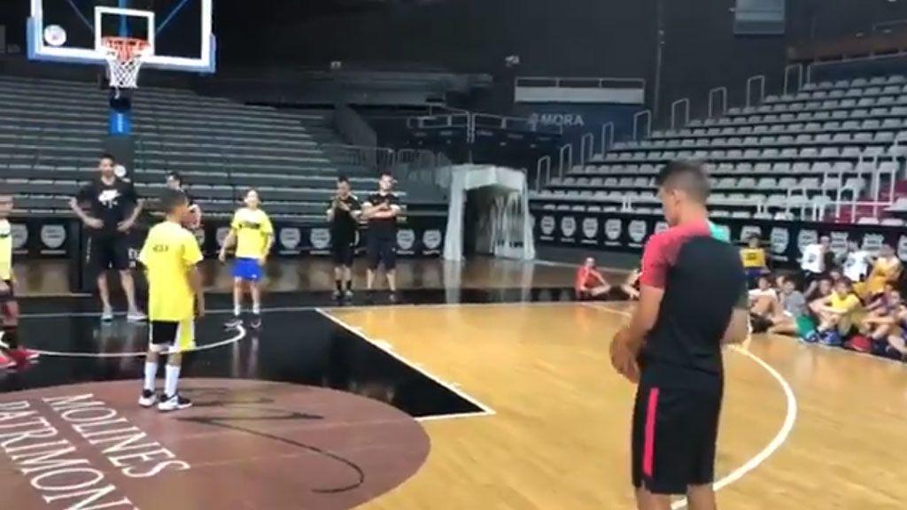 Denis Suárez sorprende a Navarro con una tremenda exhibición jugando al baloncesto
