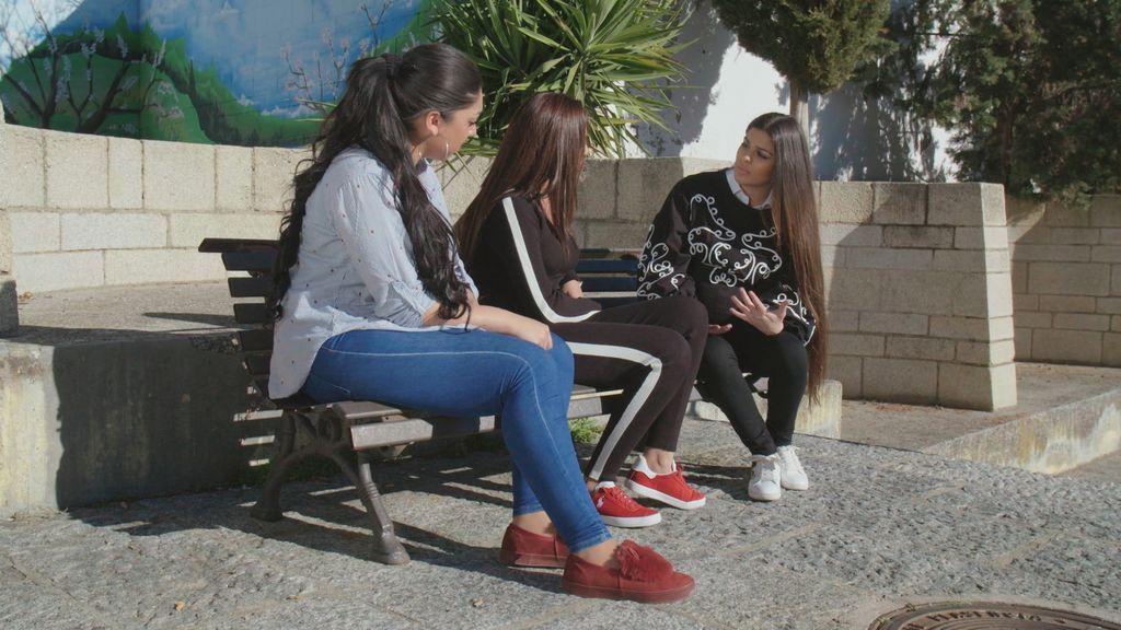 La Rebe habla con sus amigas en el programa final de 'El embarazo de la Rebe'.