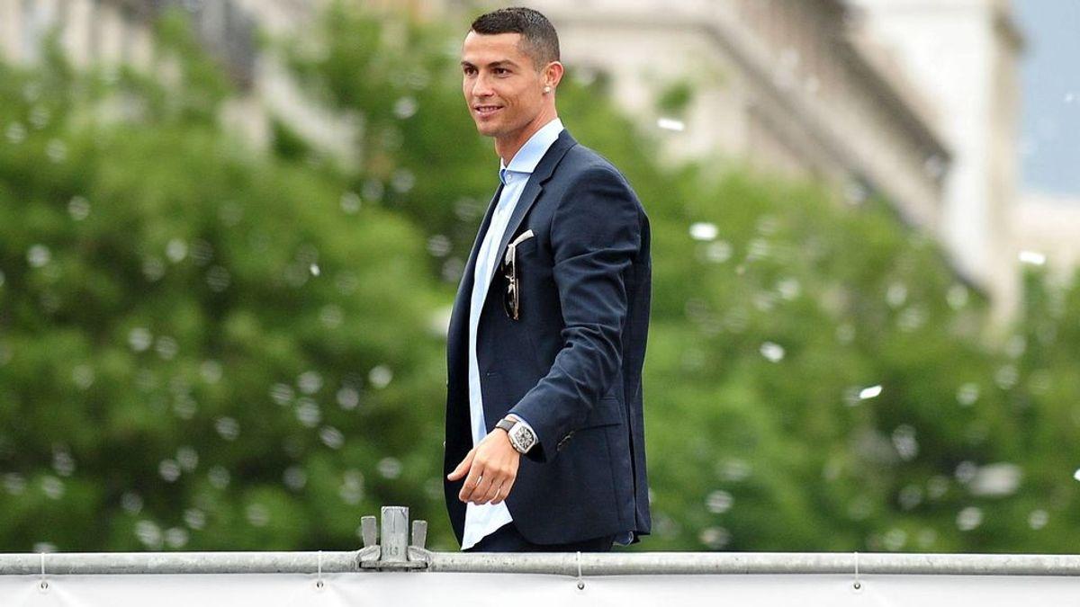 Consigue el primer autógrafo de Cristiano en una camiseta de la Juve pero se la roban minutos después