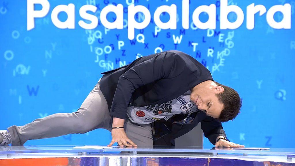 La extraña postura de Christian Gálvez en 'Pasapalabra'