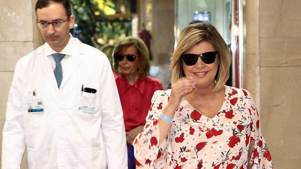 Terelu Campos recibe el alta médica y abandona el hospital tras ser operada de un tumor