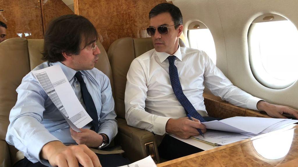 El presidente del Gobierno, Pedro Sánchez, en el avión presidencial durante su viaje a Bruselas el 24 de junio de 2018.