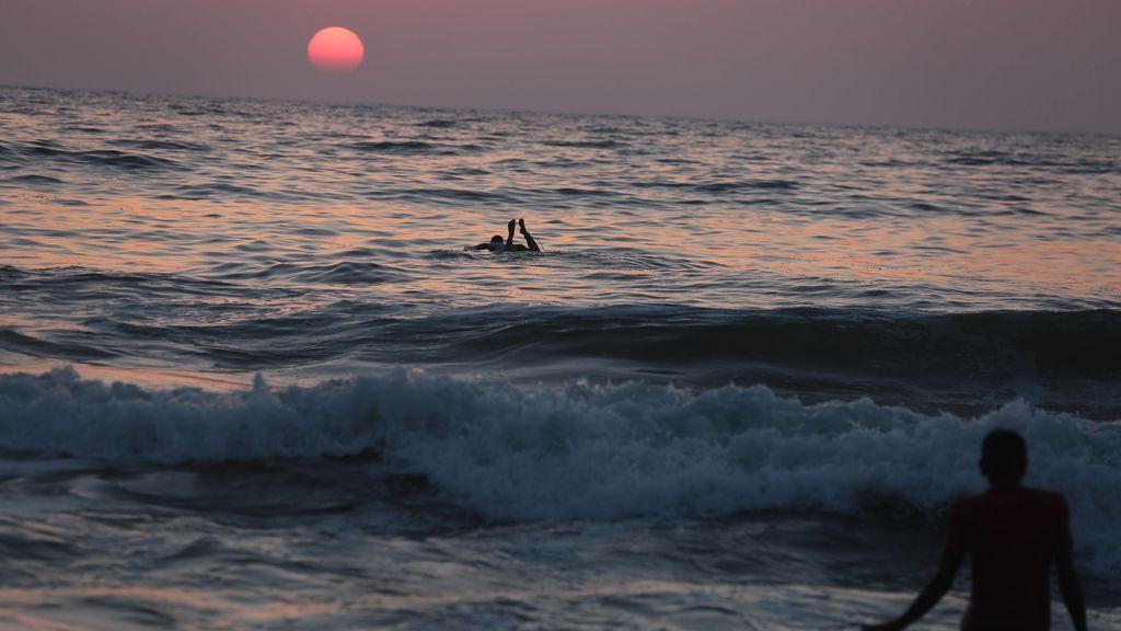 Un surfista se juega la vida para sacar a seis personas del agua en una misma tarde
