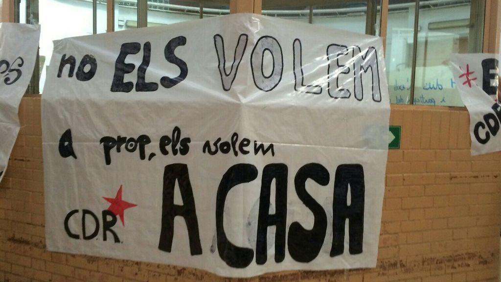 Los CDR entran en la Modelo y cuelgan pancartas por la libertad de los soberanistas
