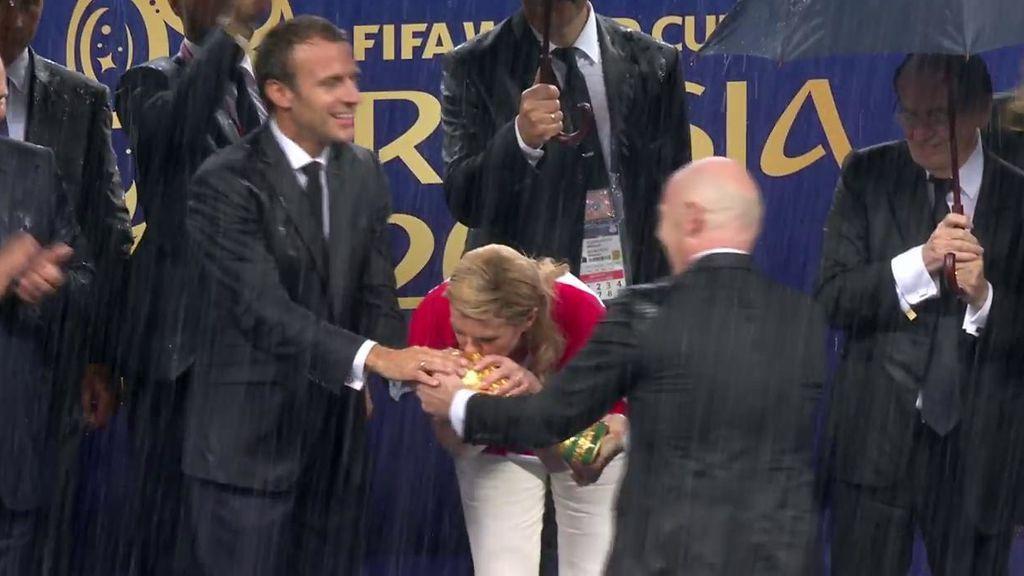 Kolinda Grabar, presidenta de Croacia, besa la Copa del Mundo que los croatas no pudieron ganar
