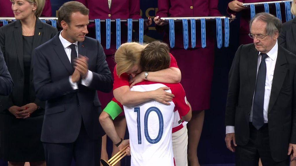 El tierno abrazo de Kolinda Grabar, presidenta de Croacia, a Luka Modric tras caer en la final