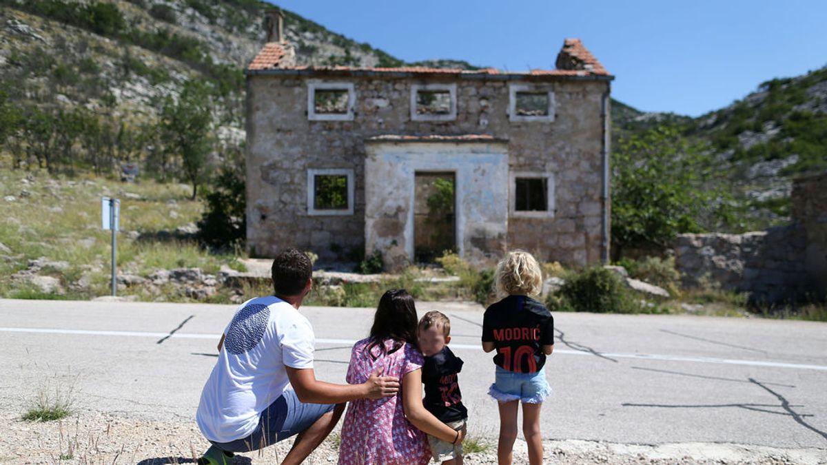Hinchas croatas peregrinan a la antigua y humilde casa de Modric