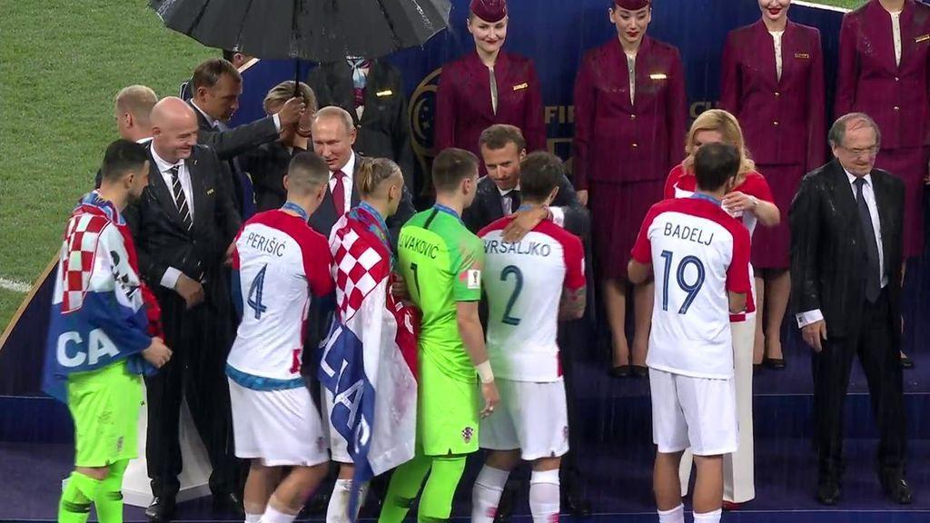 ¡Momentazo! Le ponen paraguas solo a Putin y se olvidan de Kolinda Grabar, presidenta de Croacia, y de Macron