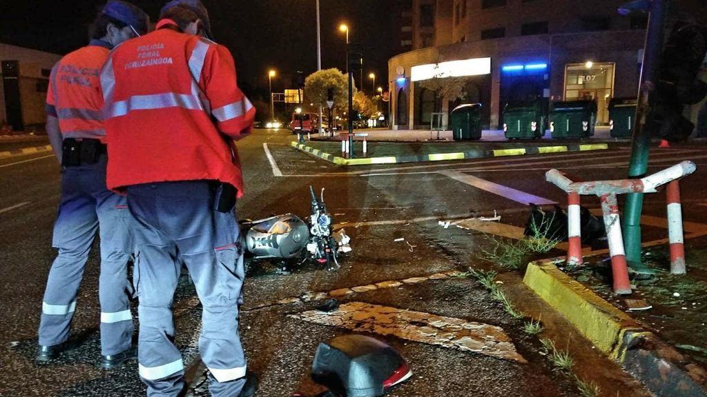 Muere un motorista al salirse de la vía y chocar contra una farola en Navarra