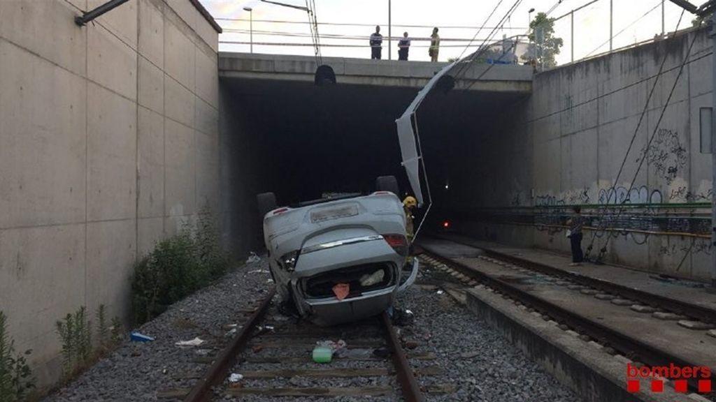 Un coche cae a las vías del tren en Barcelona