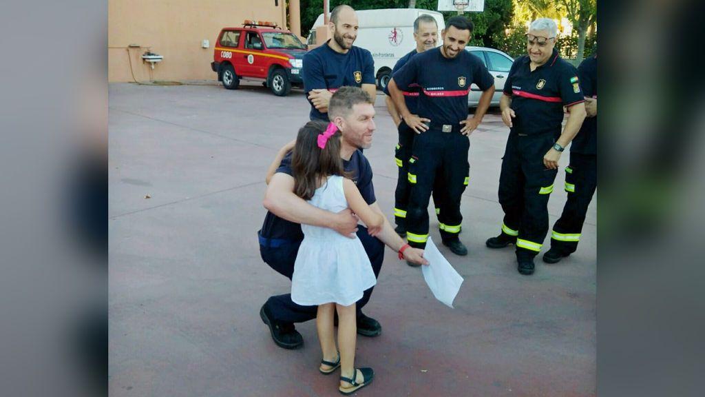 La niña malagueña agradece a los bomberos su rescate de una octava planta