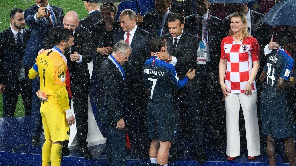 ¡El momento del que todos hablan! Una directiva de la FIFA se esconde una medalla en el bolsillo delante de las cámaras