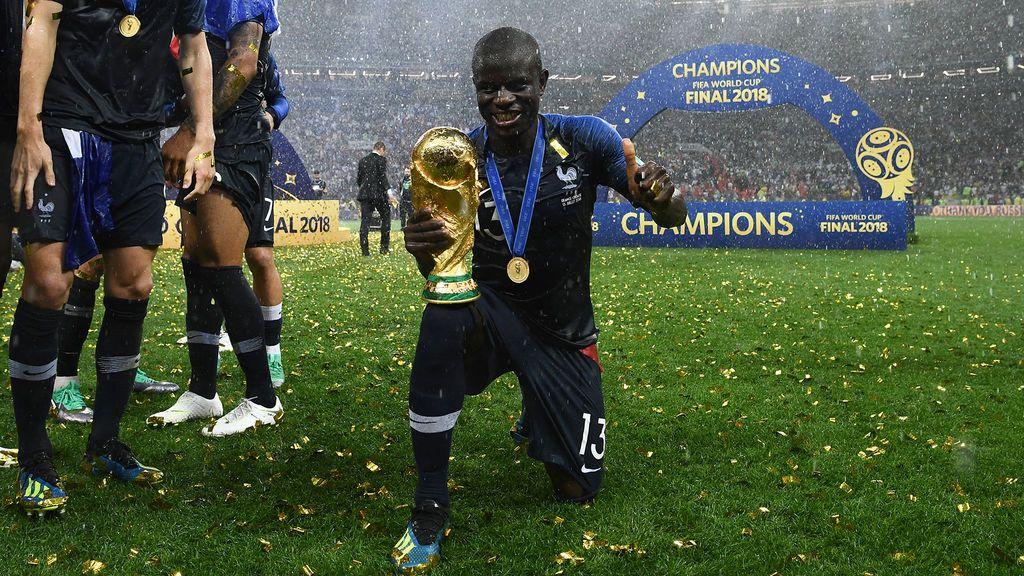 N'Zonzi pide la copa a sus compañeros para que un tímido Kanté pueda celebrar el Mundial de Rusia