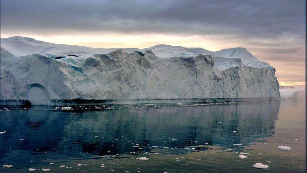 Un iceberg gigante de 11 millones de toneladas se acerca peligrosamente a una aldea de Groenlandia