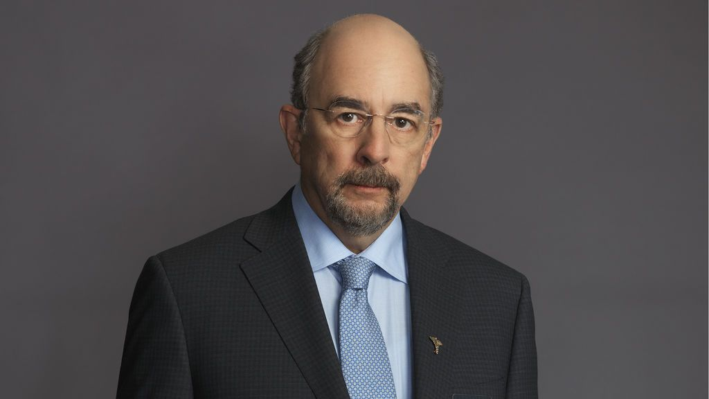 Richard Schiff es Aaron Glassman.
