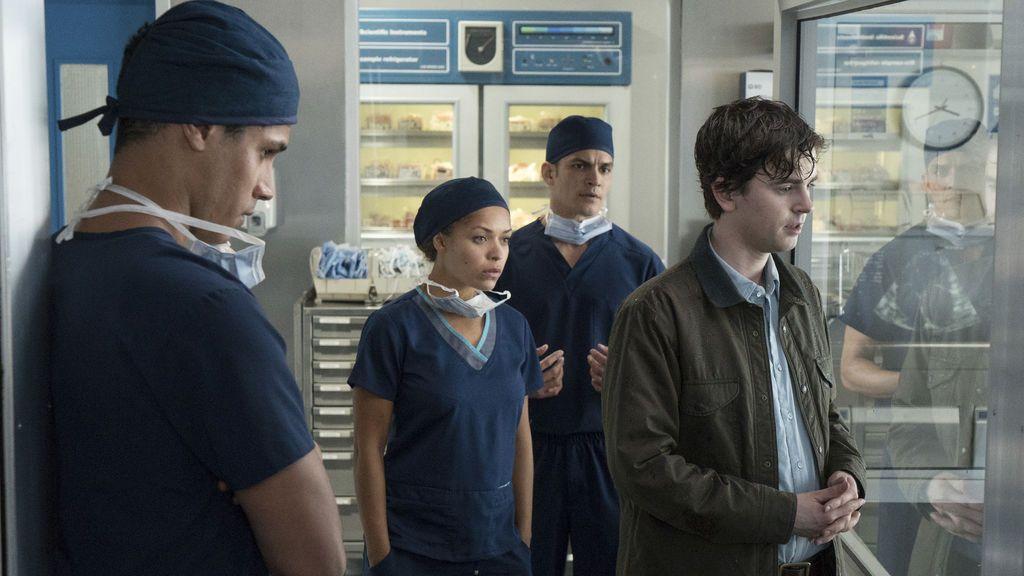 De izquierda a derecha, Jared Kalu (Chuku Modu), Claire Browne (Antonia Thomas), Neil Melendez (Nicholas Gonzalez) y Shaun Murphy (Freddie Highmore), en el primer capítulo de 'The good doctor'.