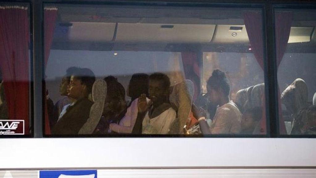 Italia permite el desembarco de 450 migrantes en Sicilia tras acordar su reparto