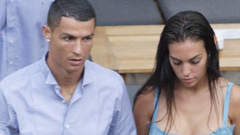 'Crop top', rosa y un joyero a modo de bolso: los looks de Georgina y Cristiano en su llegada a Turín