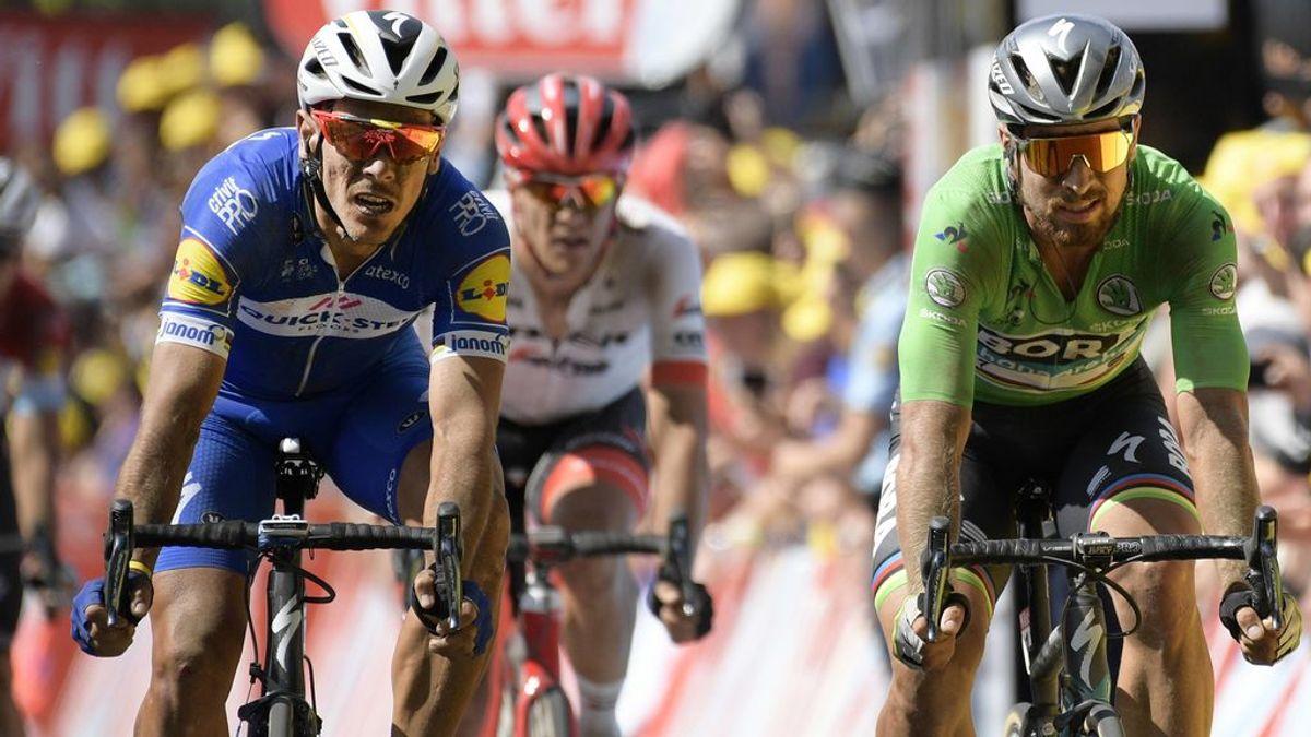 Un espontáneo salta con su bici por encima de los ciclista del Tour de France