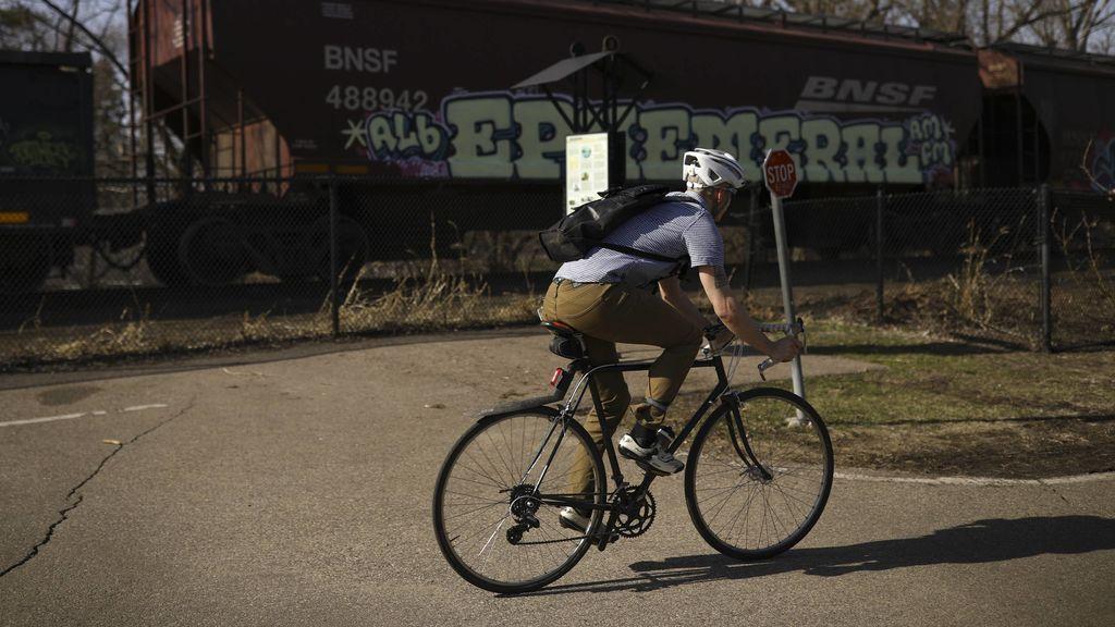 Atropella a cuatro ciclistas, reconoce conducción temeraria y le ponen un año después una multa de 22 euros