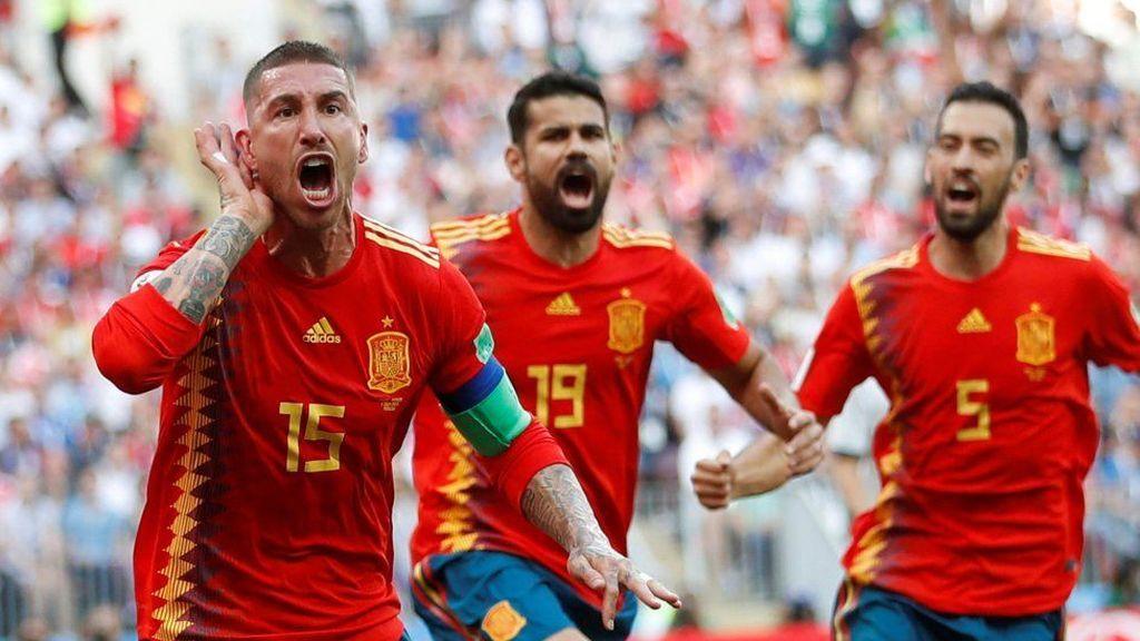 Sergio Ramos, Diego Costa y Sergio Busquets celebran el gol de la selección española ante Rusia en el partido de octavos de final del mundial el 1 de julio de 2018.
