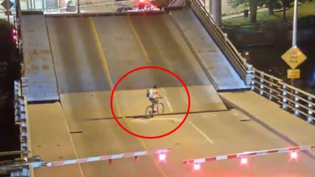 Ciclista ignora señales de alto y cae en puente levadizo