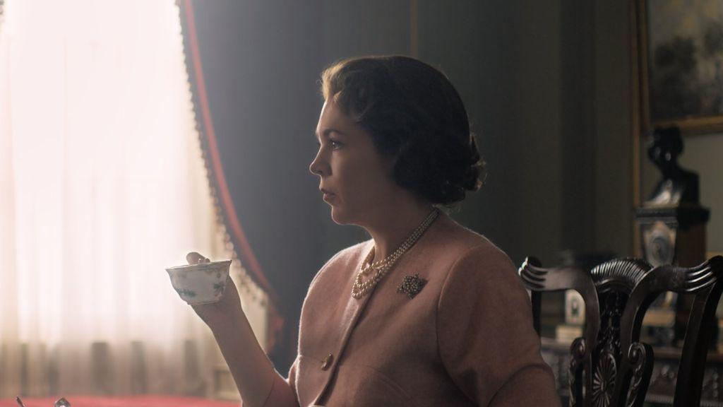 Primera imagen de Olivia Coleman como la reina Isabel II, en la tercera temporada de 'The crown'.