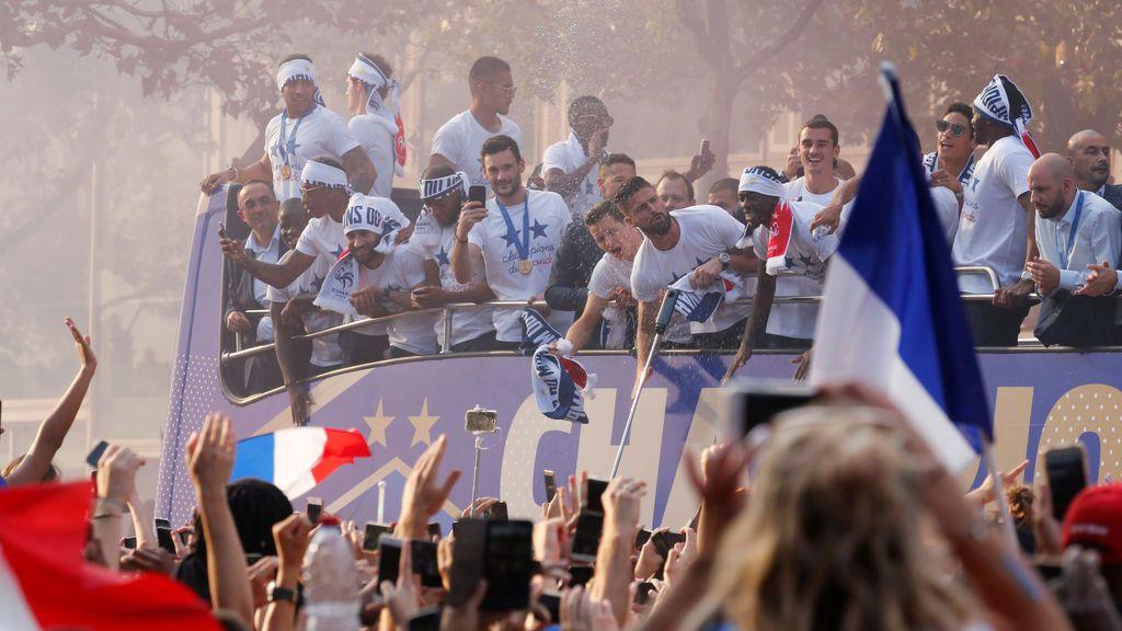¡Así no! Un hincha francés en plena celebración del Mundial de Rusia le pide matrimonio a su novia y ella se niega