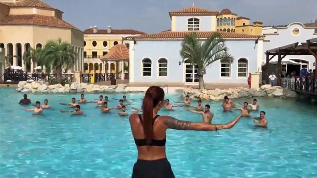 El Sevilla hace 'AquaGym' con el himno del Arrebato y los huéspedes de su hotel alucinan
