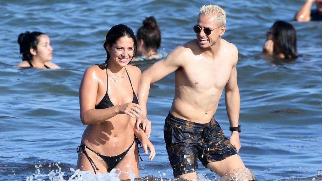 Chicharito y Sarah Kohan, en la playa de Miami donde han sido fotografiados por la revista 'TVyNovelas USA'.
