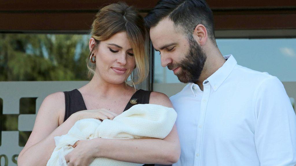 Adriana Abenia y Sergio Abad nos presentan a Luna: su posado familiar a la salida del hospital