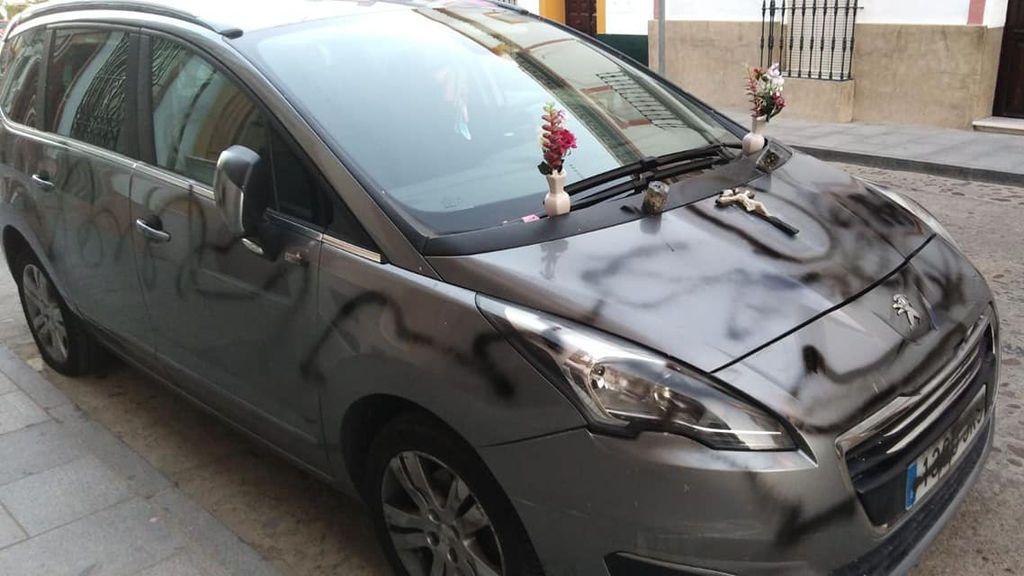 Amenaza a su exmujer pintando su coche de negro y colocando en él dos flores y un crucifijo