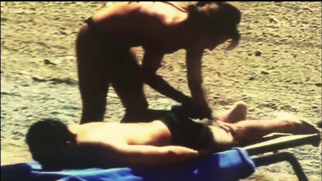 ¡Pillada! Patiño luce tipazo mientras echa crema a su novio en la playa
