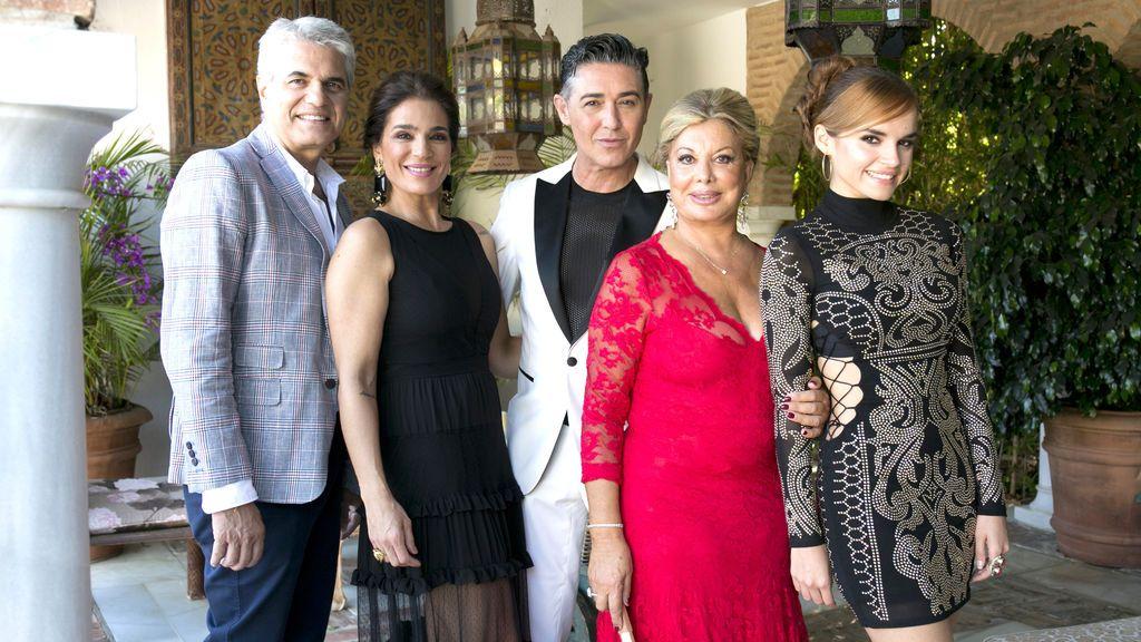 Agustín Bravo, Raquel Bollo,  Ángel Garó, Olivia Valère y Melody, concursantes de 'Ven a cenar conmigo: summer edition'.